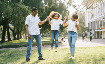 Use these tricks and tips for posing for family photos with your kiddos.