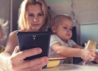 why staying off my phone makes me a better mom